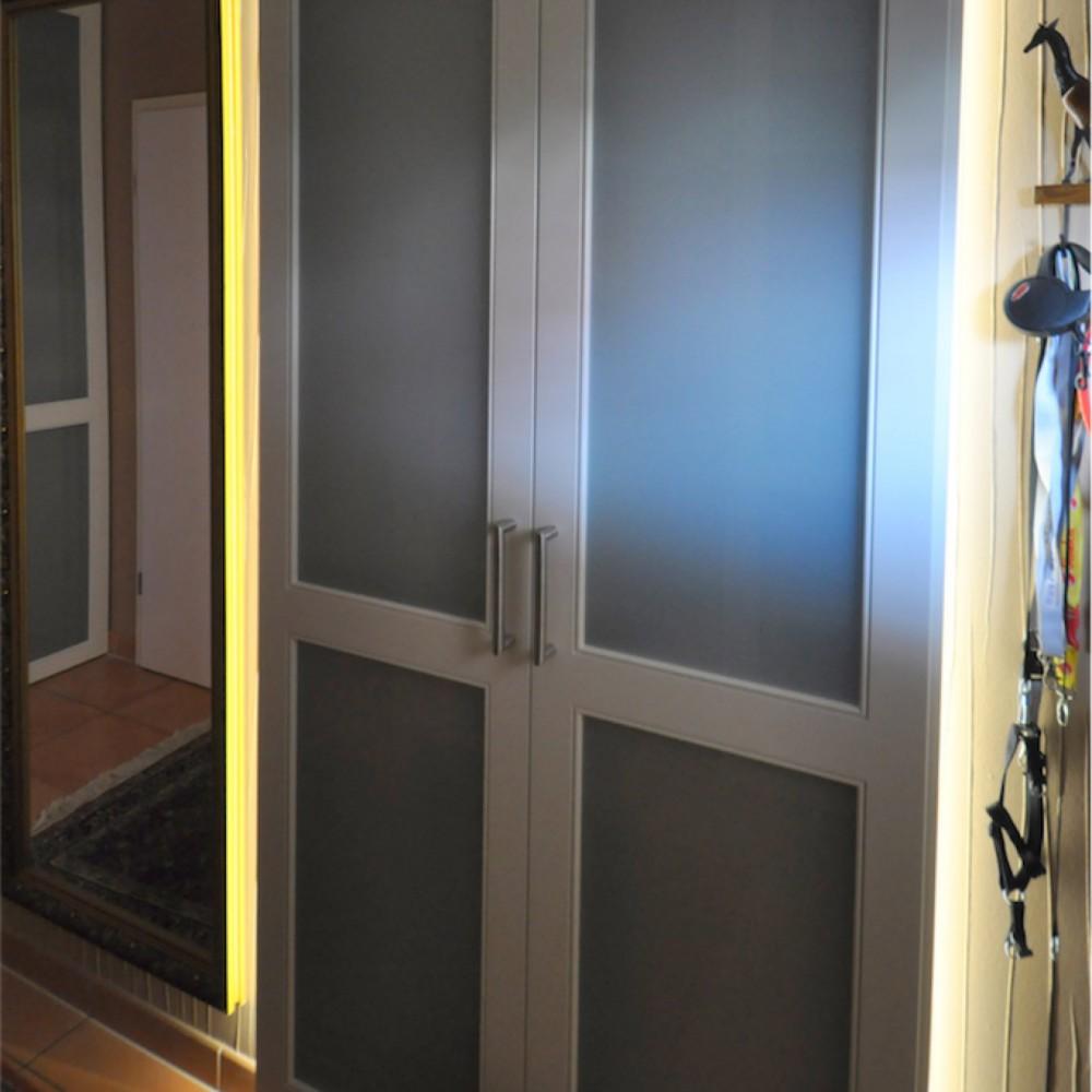 Einbauschrank mit verglasten Fronten, weiß lackiert, mit LED hinterleuchtet