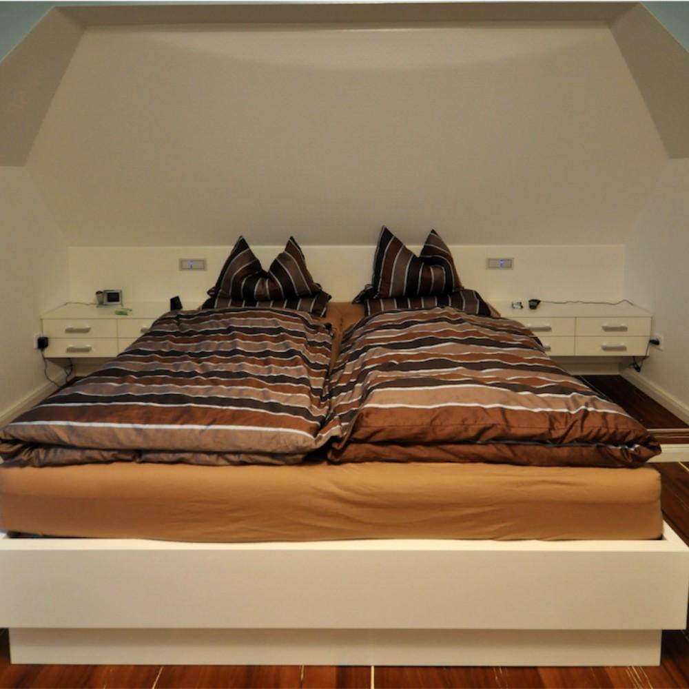 Doppelbett und Nachtschränke in MDF lackiert