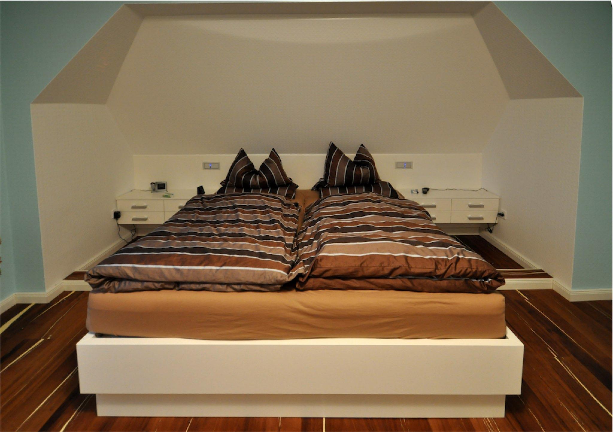 Doppelbett und Nachtschränke