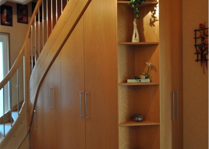 Einbauschrank unter einer Treppe in Buche furniert