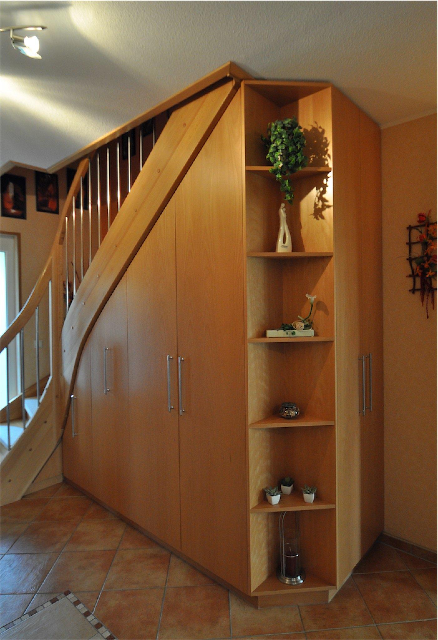 Einbauschrank unter einer Treppe