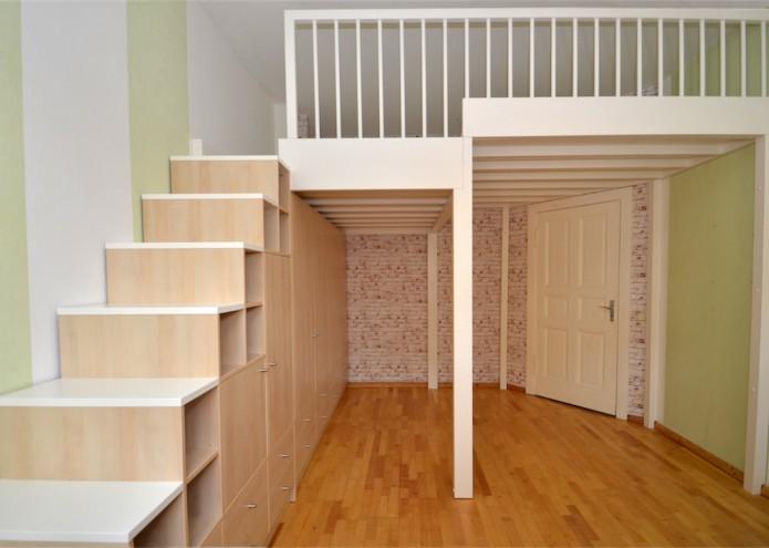 Einbauschrank als Treppe in Birke Dekor mit Hochbett in Kiefer/Fichte weiß lackiert