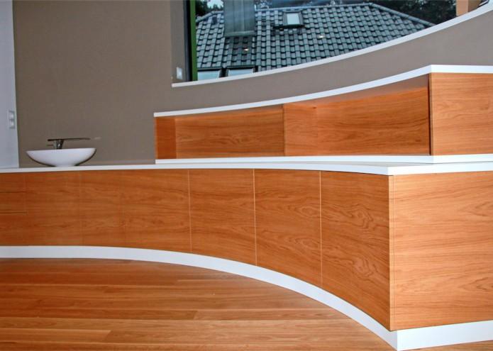 Sideboard in Eiche quer furniert und MDF lackiert, gebogen entsprechend Wandverlauf