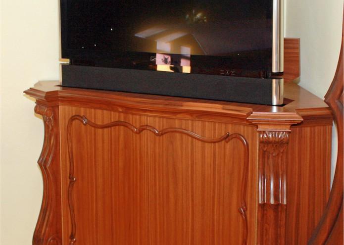Eckschrank mit TV-Lift in Nussbaum