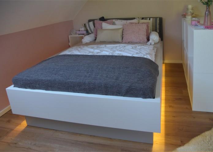 Bett in MDF lackiert, mit gepolstertem Kopfteil und beleuchteten Seitenwangen