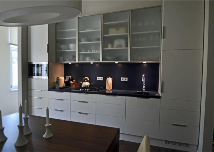 Einbauküche in MDF weiß lackiert , Vitrinen mit satinierten Glas, mit Arbeitsplatte in Mineralwerkstoff