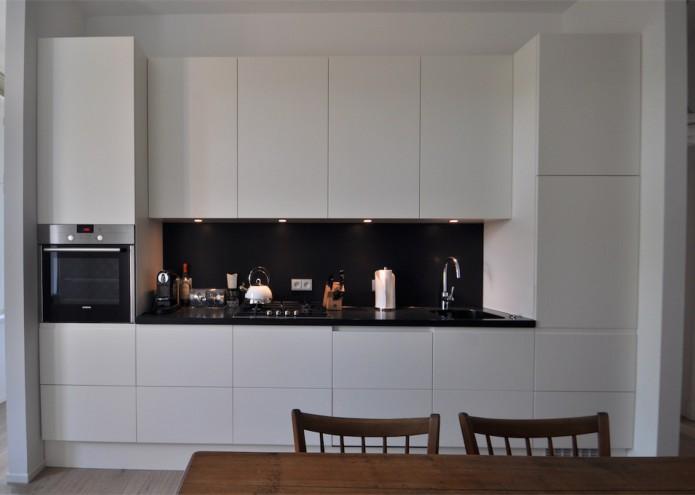 Einbauküche in MDF weiß lackiert mit Arbeitsplatte in Mineralwerkstoff