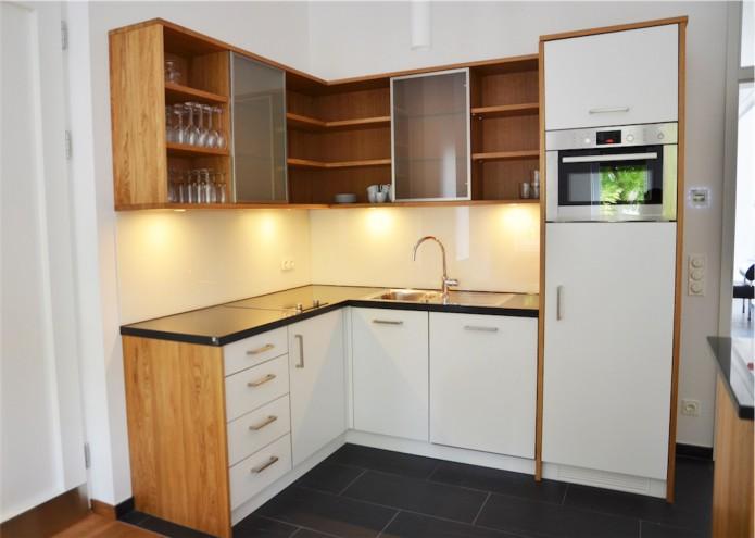 Küche in Eiche und Schichtstoff weiß, Nischenpaneel in Glas lackiert