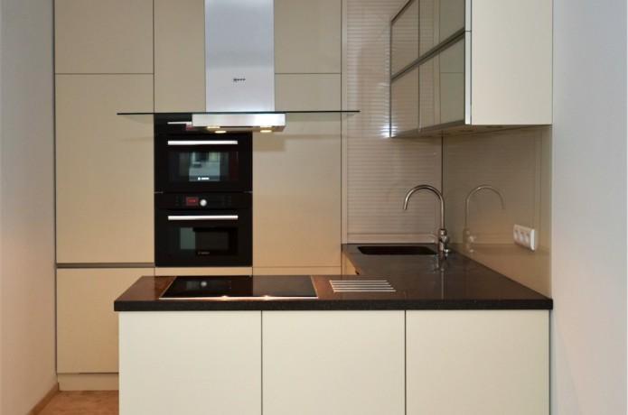 Küche in MDF lackiert mit Arbeitsplatte in Mineralwerkstoff, Nischenpaneel in Glas lackiert