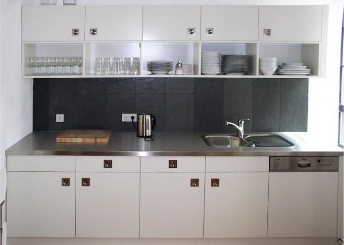 Küche in MDF lackiert mit Arbeitsplatte in Edelstahl