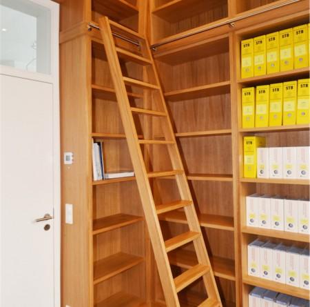 Bibliothek in Eiche, mit Reling und Leiter