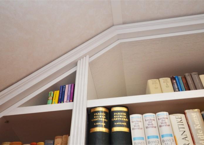 Einbauregal unter der Dachschräge in Eiche weiß lackiert, Detail Kranzprofil