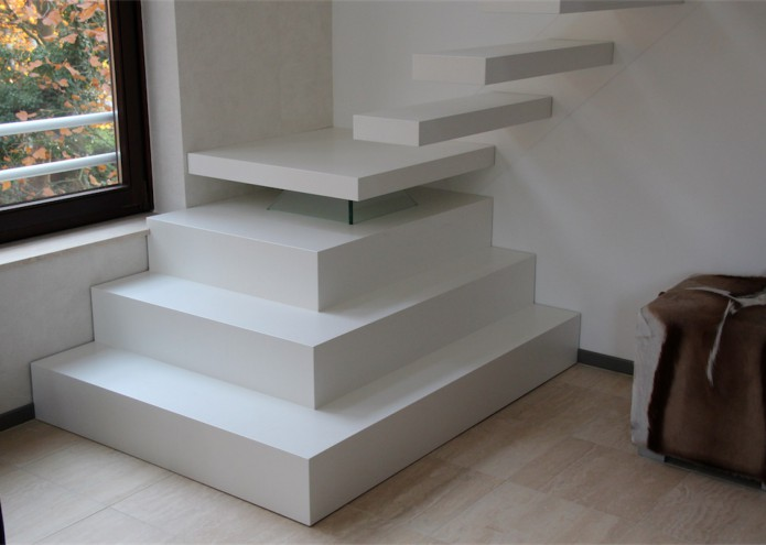 Treppenpodest in Esche weiß, als Anschluss zur Kargarmtreppe