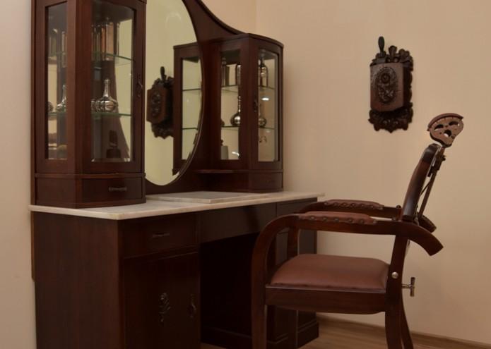 Renovierung einer Friesierkommode mit Stuhl