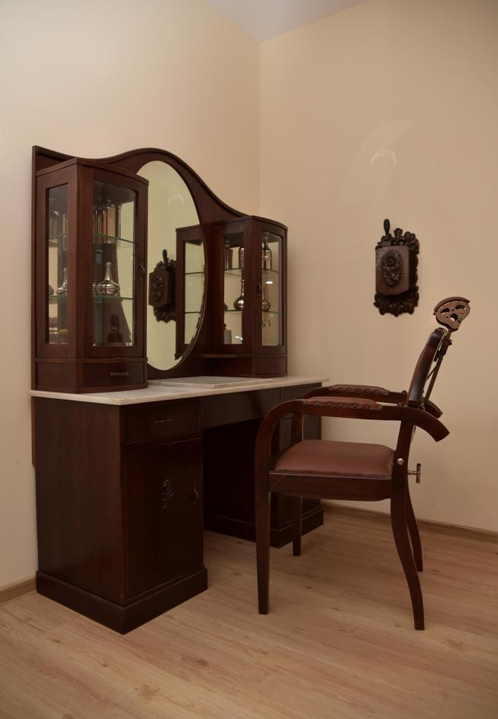 Frisierkommode mit Stuhl