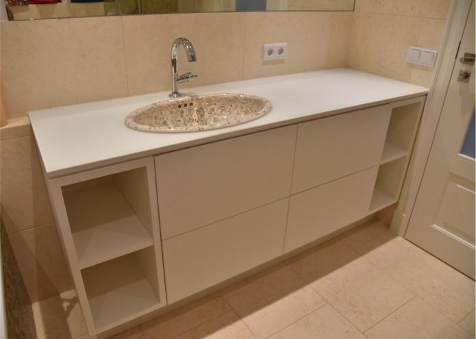 Waschtischunterschrank in MDF lackiert, mit Schubkästen in Tip on, Platte in Glas lackiert, satiniert